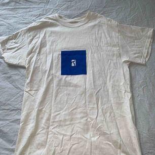 Säljer min Poetic t-shirt för att den inte passade mig. Den är i Storlek M men skulle säga att den passar S också väldigt bra! Frakt ingår i priset!   Kan mötas upp i Malmö och Stockholm med jämna mellanrum dock! :)