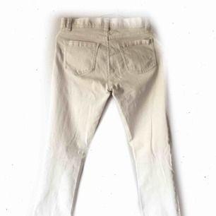Vita jeans, passar mig som är 1,60 89:- inkl. frakt (En liten limprick på ena låret)