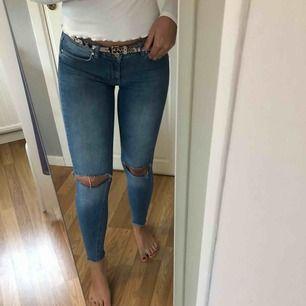 Sköna jeans med hål på knäna