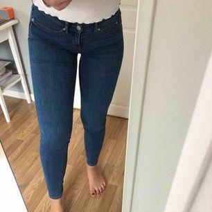 Knappt använda jeans