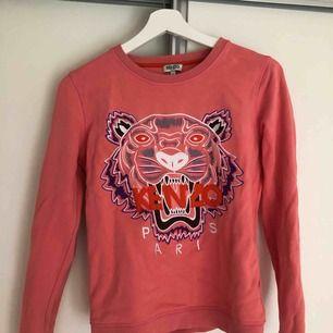 En äkta långärmad kenzo tröja i en rosa/korall färg som är använd ett få tal gånger. Köpt på NK i Göteborg. Storlek: Dam Small. Köparen står för frakten 💖