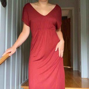 sjukt bekväm rostfärgad klänning från gina tricot med slits på sidorna och djup nacke. aldrig använd. går att styla på många olika sätt!👗 frakt tillkommer