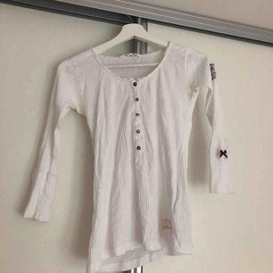 En vit långärmad Odd Molly tröja i storlek 0. Köparen för frakten.