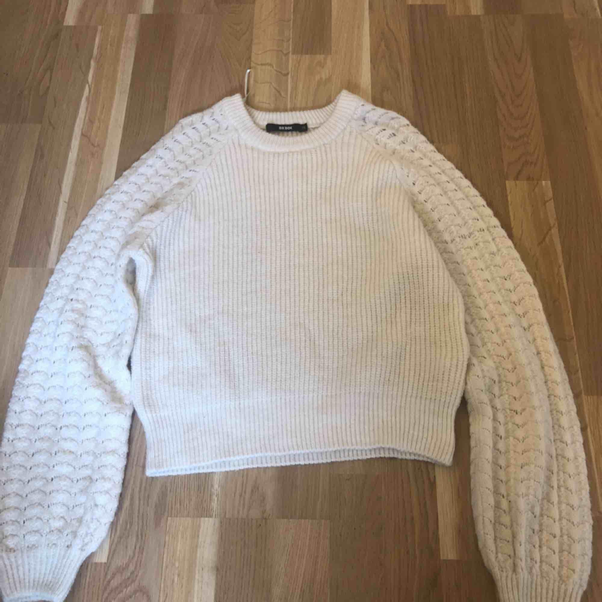 Jättefin stickad tröja från bikbok! Säljes då jag inte använder den. Köparen står för frakt❤️ pris kan diskuteras!!. Stickat.