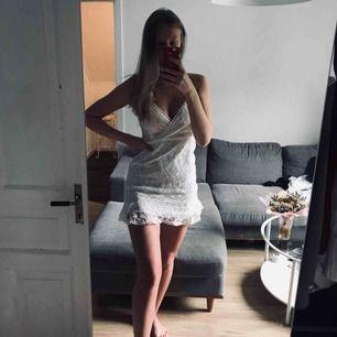 Säljer denna superfina klänning då den tyvärr är lite kort på mig (är 176cm). Oanvänd och i nyskick!🌼