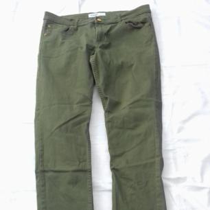 Jeans denim från Gemma mörk mossgröna Midjemåtta 80 cm långa i benen 96 cm yttermått smala nertill bredd  16 cm