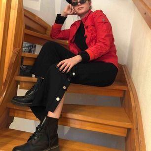Supercool röd jacka som passar perfekt nu till våren! Köpt på Ellos och passar storlek XS-S. Nyskick!