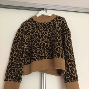 En långärmad tröja som är lite kort till magen & vida armar i ett leopard mönster. Storlek: S Från: Zara. Köparen står för frakten vilket är 54kr.