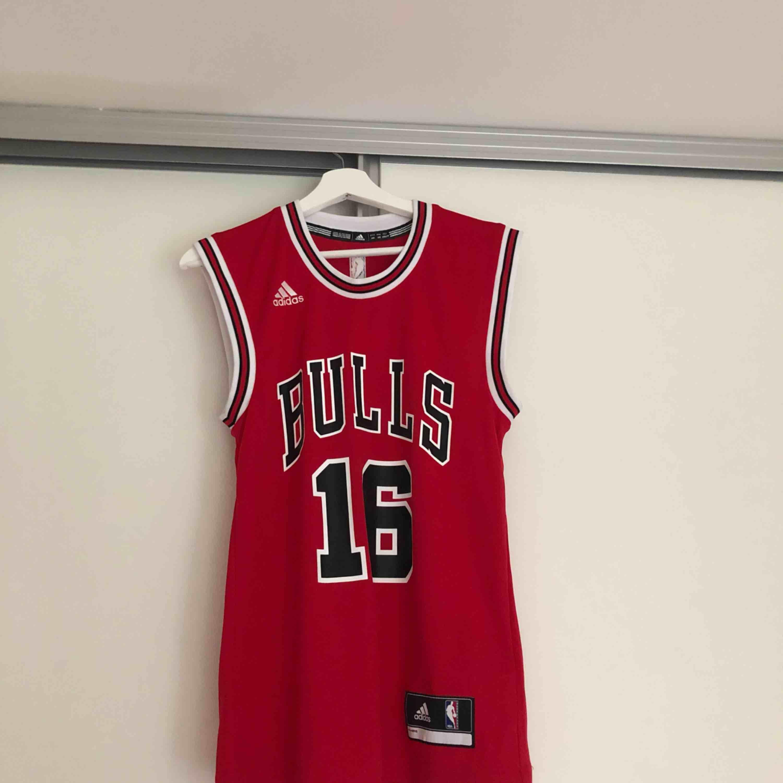 Ett Chicago bulls basket linne! Storlek: 2 XS. Köparen står för frakten.. T-shirts.