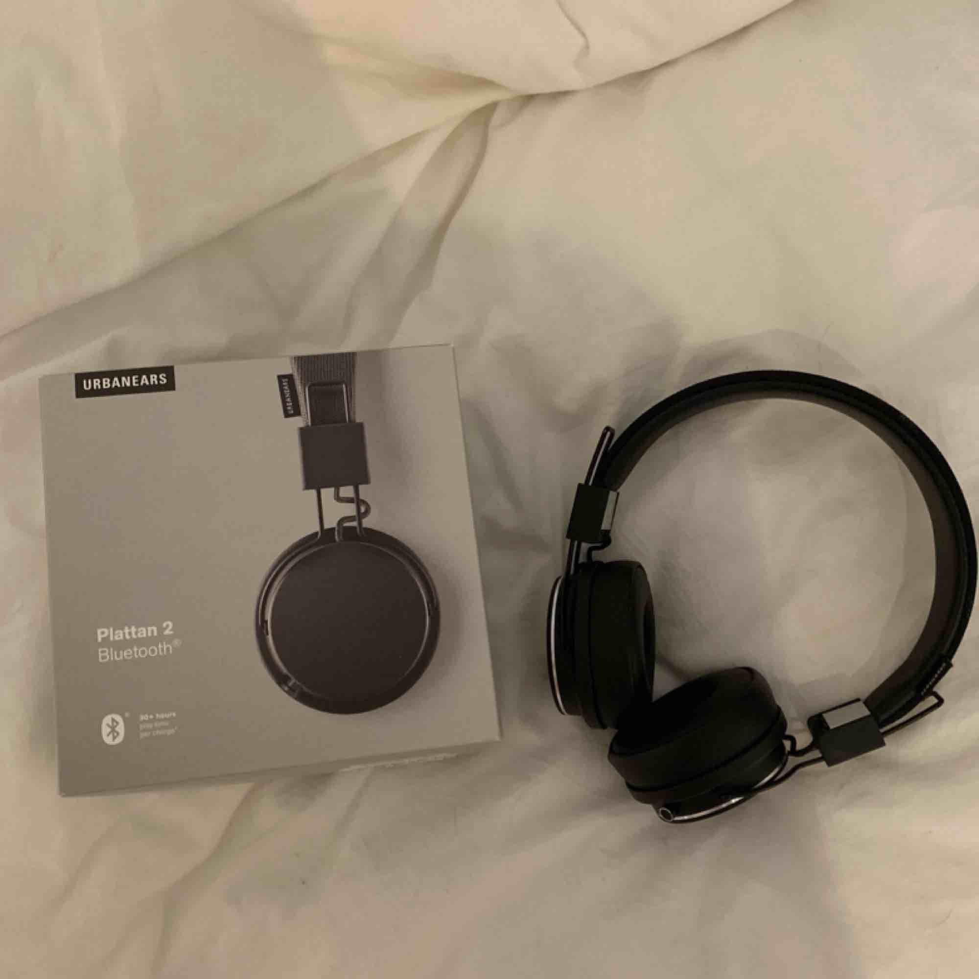 Säljer mina nästan helt oanvända Plattan 2 hörlurar då jag tyvärr inte använder dem! 🥺 Nypris 1000kr, svart färg. Laddare ingår! ☀️. Övrigt.