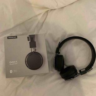 Säljer mina nästan helt oanvända Plattan 2 hörlurar då jag tyvärr inte använder dem! 🥺 Nypris 1000kr, svart färg. Laddare ingår! ☀️
