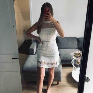Oanvänd klänning, storlek S/M. Klänningen har lång dragkedja på baksidan som gör den enkel att få på sig🌼