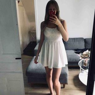 Gullig klänning som endast är använd en gång.