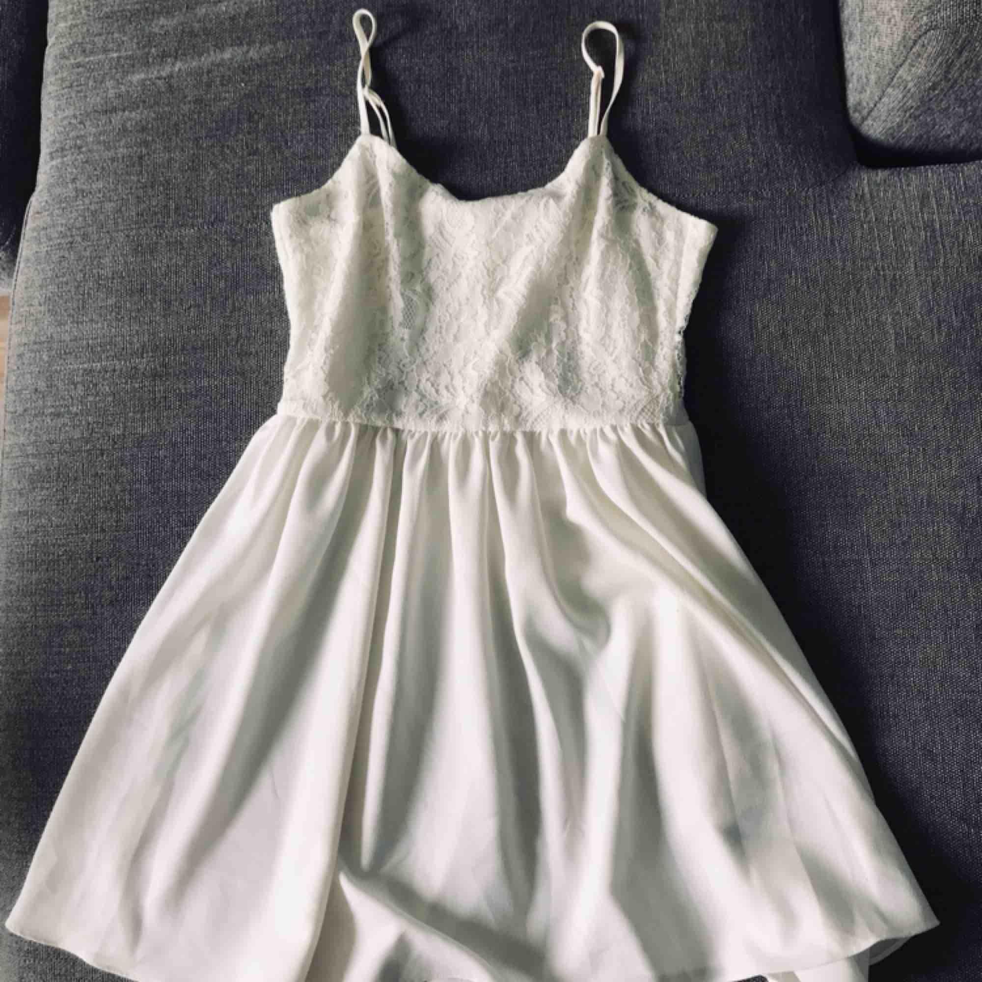 Gullig klänning som endast är använd en gång. . Klänningar.