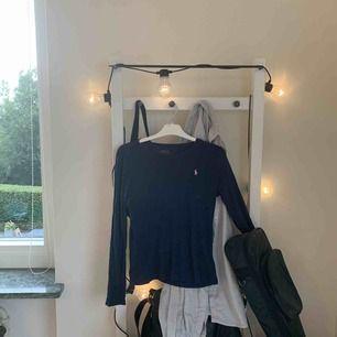Marinblå långärmad tröja från Ralph Lauren. Passar som storlek S men är i barnstolek(XL)