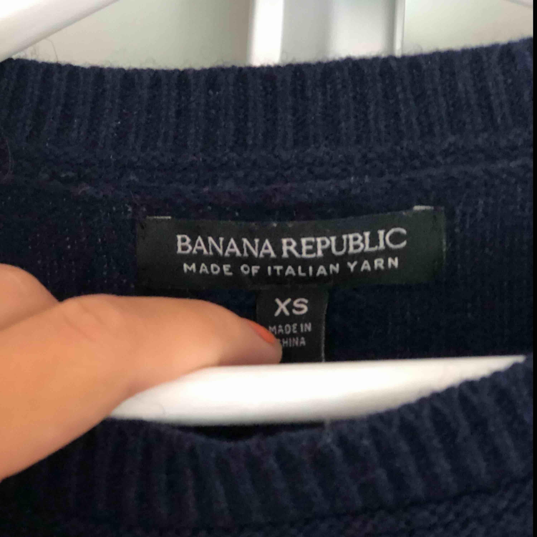 En marinblå tröja från Banana Republic. Vida armar. Storlek: XS. Stickat.