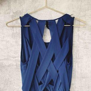 Säljer en lång klänning i mörkblå med speciell rygg - jättefin!   Pick up på Södermalm eller  Leverans med Postnord tillkommer