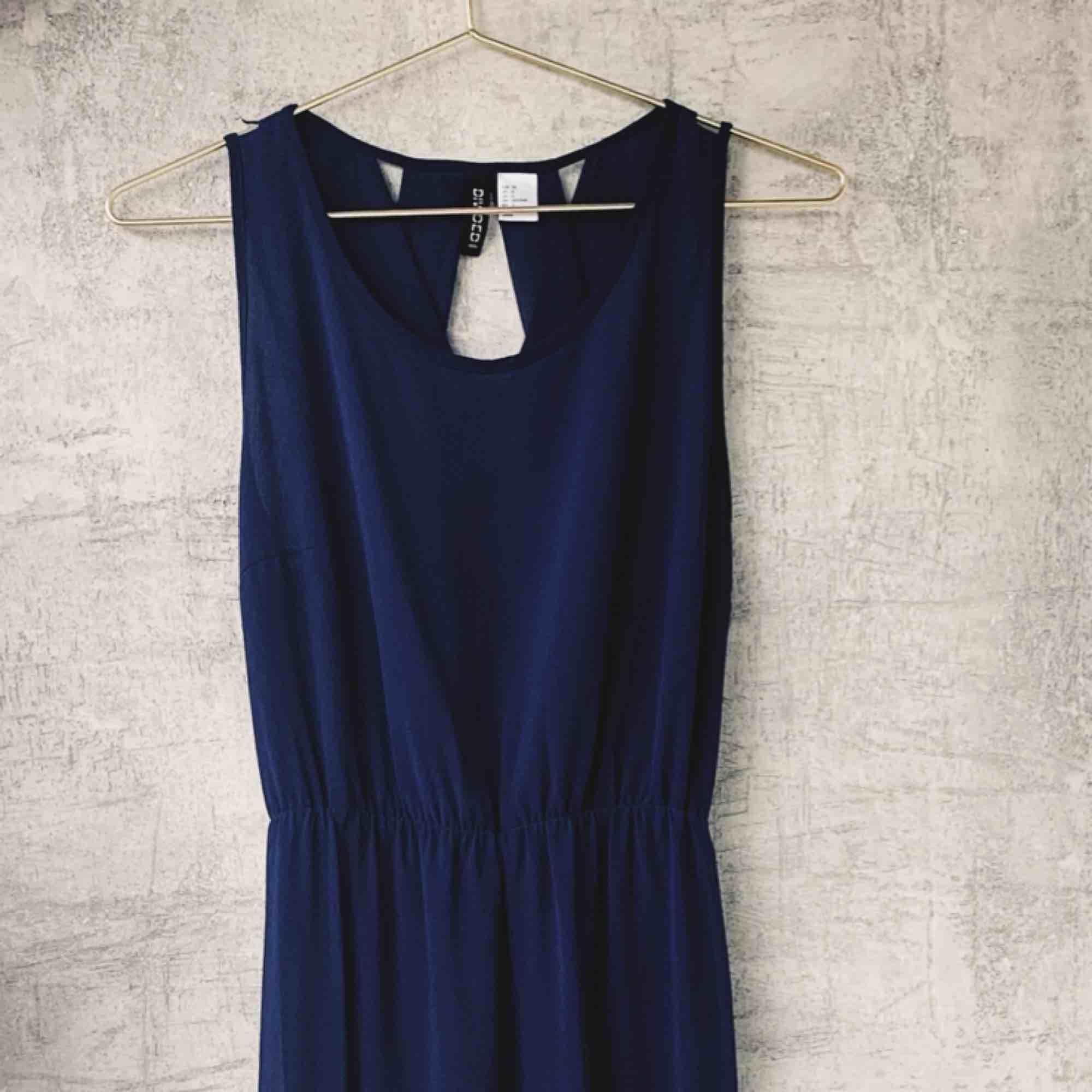 Säljer en lång klänning i mörkblå med speciell rygg - jättefin!   Pick up på Södermalm eller  Leverans med Postnord tillkommer . Klänningar.