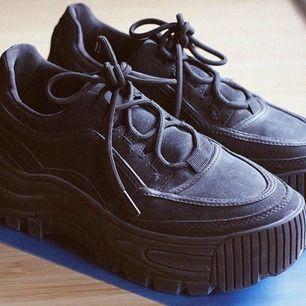https://www.zalando.se/bershka-unifarbener-plateau-sneakers-black-bej11e010-q11.html Nypris: 549 kr. Dom är för stora för mig, fick för mig att det skulle funka att ha  en strl 39. Har storlek 38 egentligen men dom var för små.