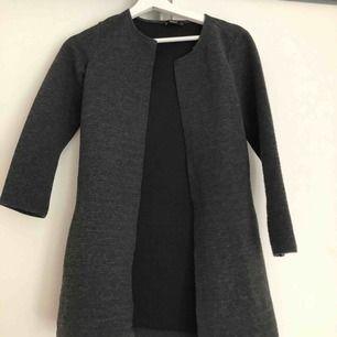 En mörkgrå cardigan/kofta från Only. Storlek: XS
