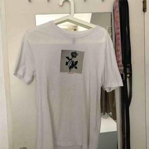 Säljer en t-shirt i strlk 34 köpt på killavdelning