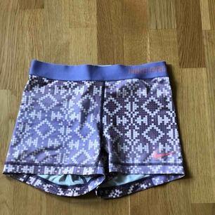 Ett par Nike pros tränings shorts med färgerna lila, vit & rosa.  Storlek: S Pris: 50kr. Köparen står även för frakten.