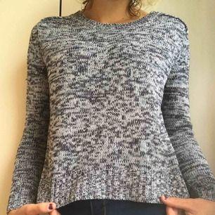 En mjuk stickad tröja i ett skönt material som inte sticks. Har använt den max 1 gång så den är i bra skicka, säljes pågrund av att det inte är min stil. Nypris 250 kr. Frakten är inkluderat i priset!💗