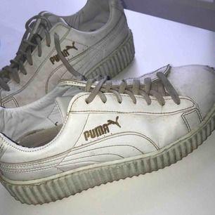 Vita puma sneakers sitter sååå fint på foten