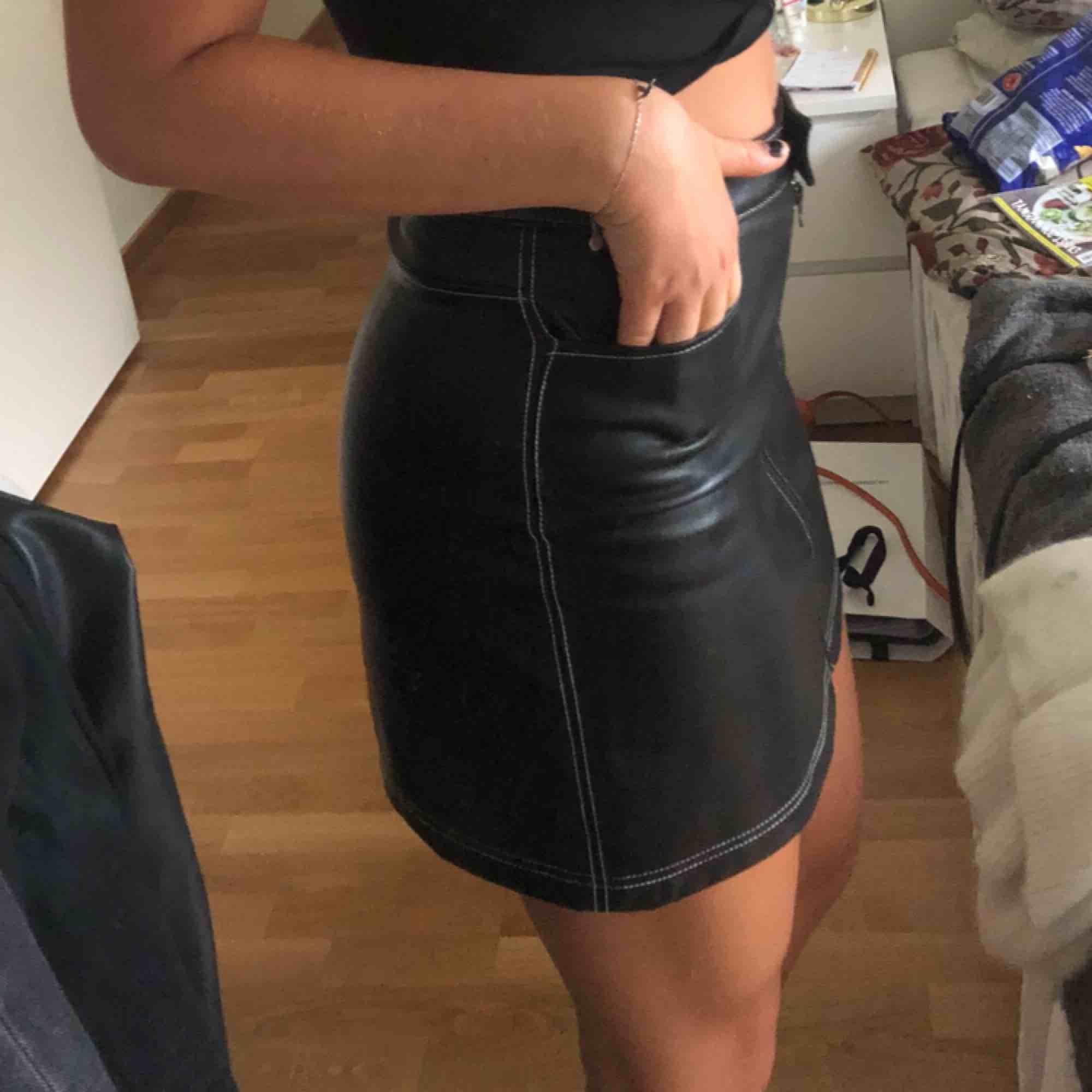 Svart kjol i fakeskinn från Carin Wester med super snygg passform! Köpt för 499kr och är i väldigt bra skick eftersom den ej är använd så mycket.. Kjolar.