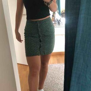Grön kjol med vita prickar som har super skönt material och alldeles perfekt längd. Köpt för 399kr