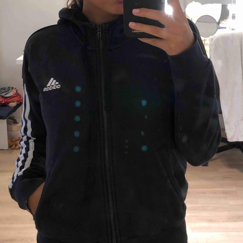 Svart Kofta från Adidas i storlek S. Köparen står för frakten . Tröjor & Koftor.