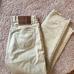 Jeans köpta här på Plick som tyvärr var förstora så säljer dom vidare. Skulle säga att det passar en person som har strl 27/28. Väldigt snygga och i bra skick!
