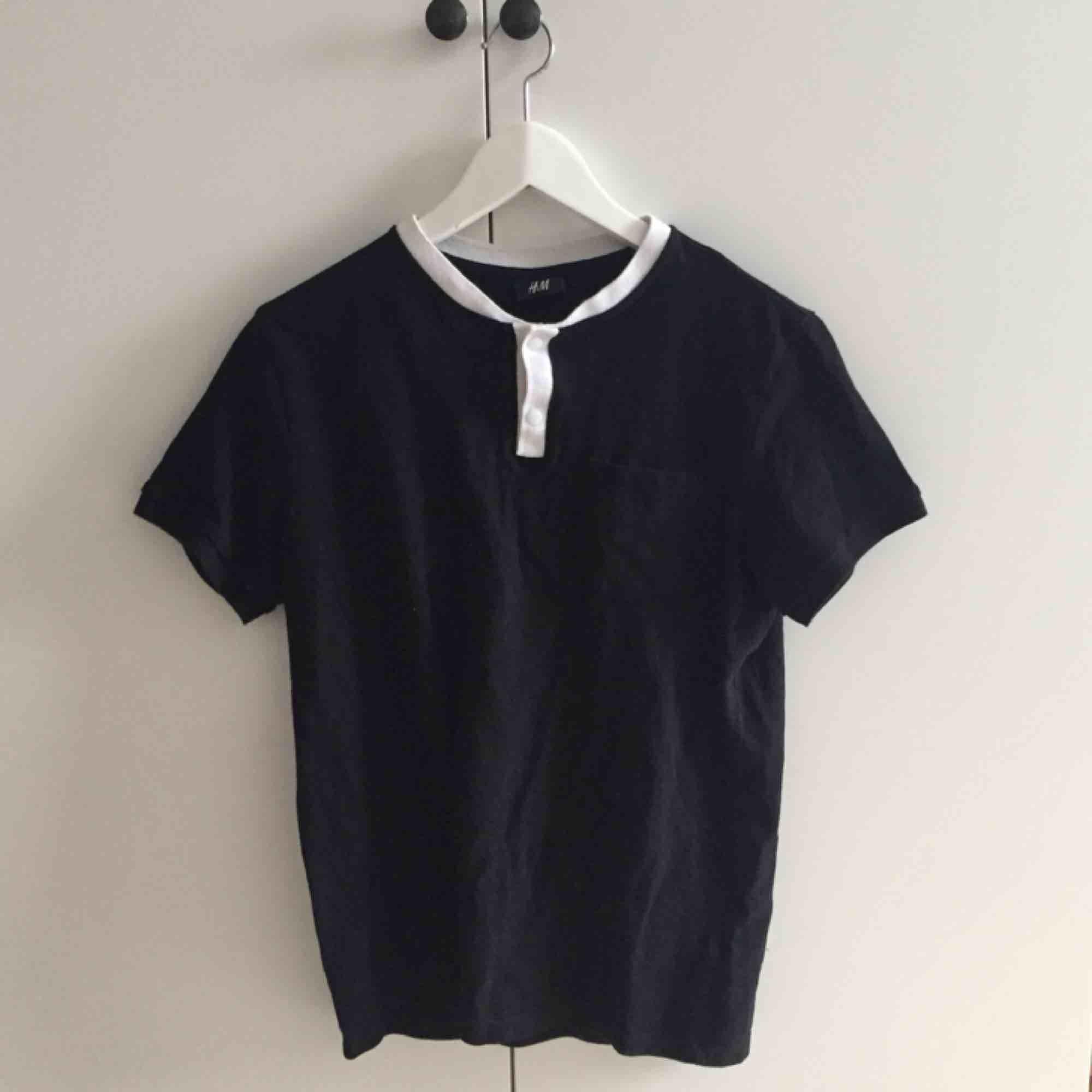 svart t-shirt som jag köpte här på plick men som tyvärr inte används :-(  . T-shirts.