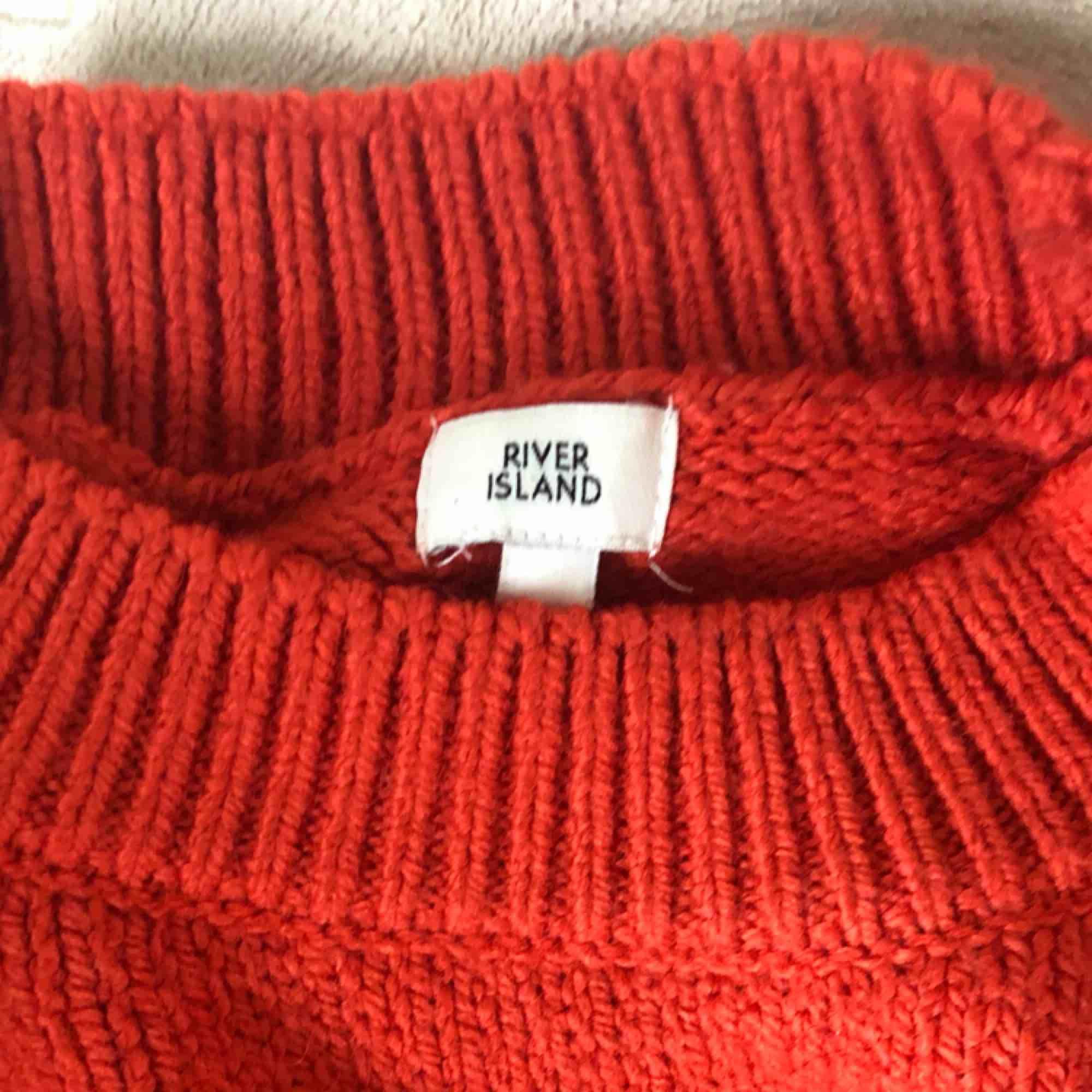 Mörkorange stickad tröja med vida ärmar och flätade detaljer. Köpt för 399kr. Stickat.