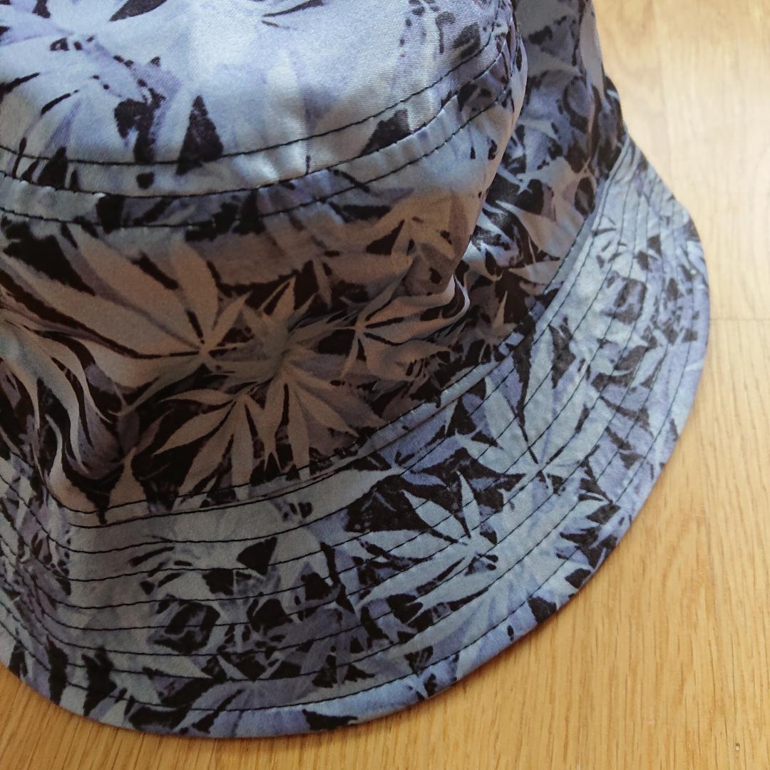 Bucket hat med blåa/violetta blad. I bra skick! . Accessoarer.