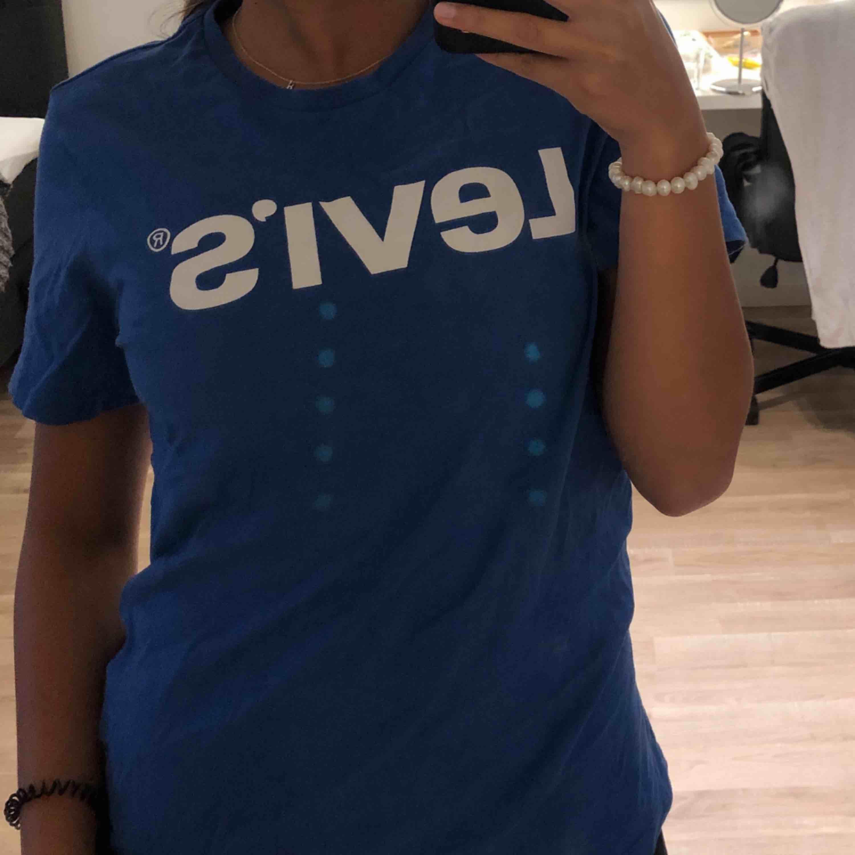 Blå t-shirt från Levis. Knappt använd. Köparen står för frakt . T-shirts.