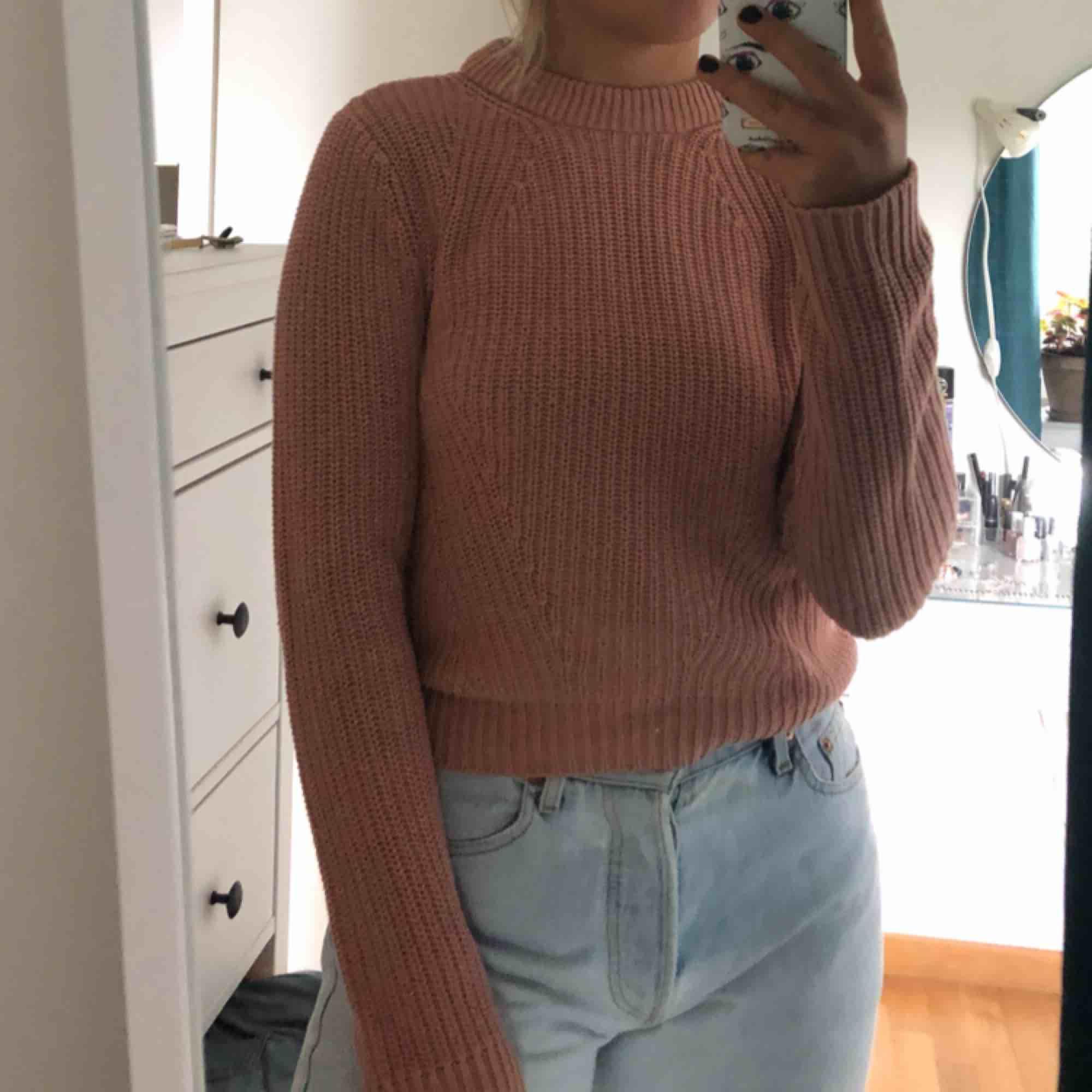 Stickad tröja i en gammeldagsrosa färg. Köpt för 199kr. Storleken är XS men jag skulle säga att den passar större oxå!!. Stickat.