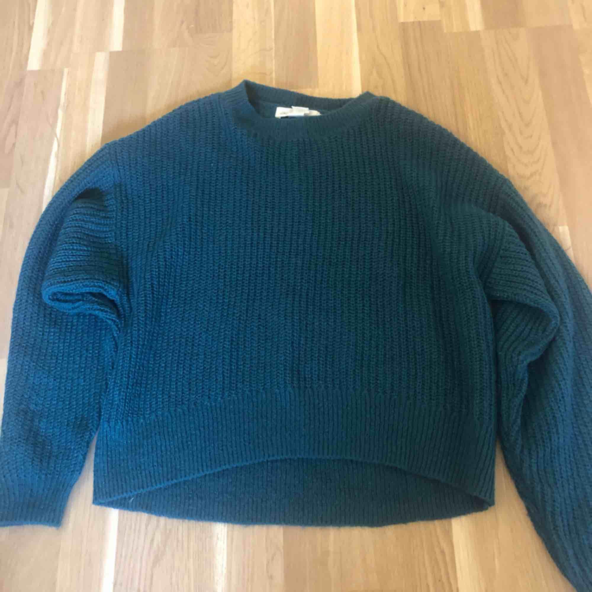 Jättefin stickad tröja från H&M använd 2/3 gånger och är i väldigt bra skick! Pris kan diskuteras och köparen står för frakten. Perfekt nu när hösten kommer!. Stickat.