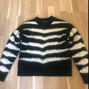 Jättefin stickad tröja i XS köpt på Mango i vintras. Aldrig använd bara testad. Pris kan diskuteras! Köparen står för frakten.