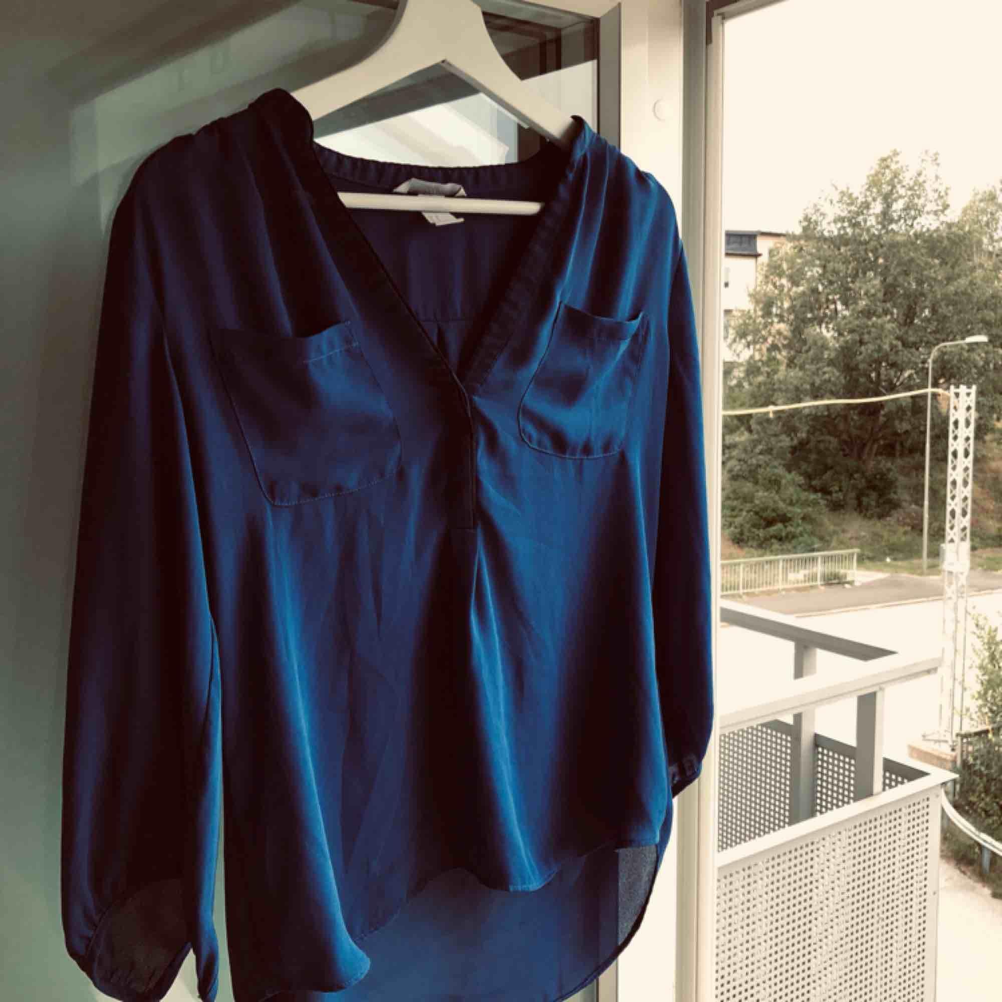 Fin blus från H&M. . Blusar.