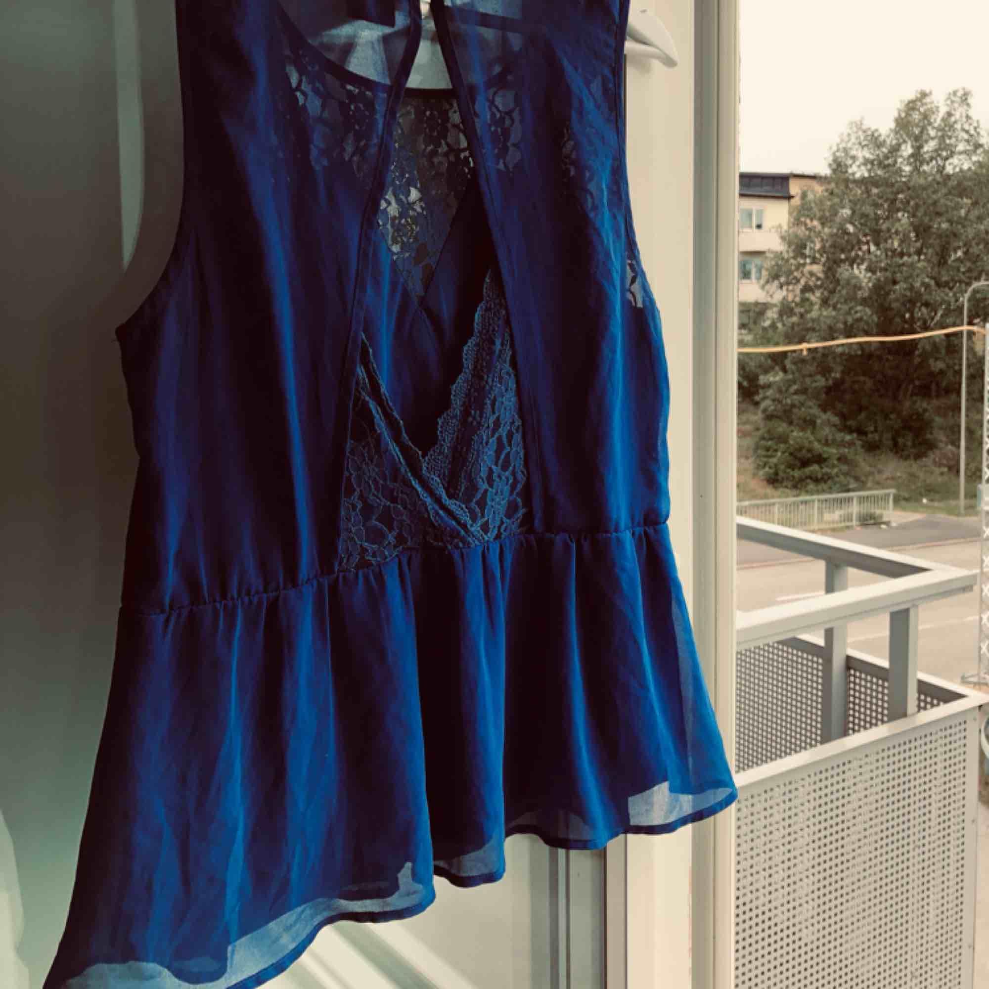 Ett favorit linne från vero Moda. Älskar spetsen.. Toppar.