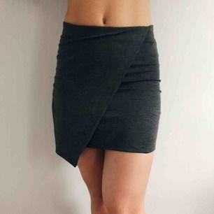 Grå asymmetrisk kjol från Gina Tricot i storlek S, endast använd 1 gång