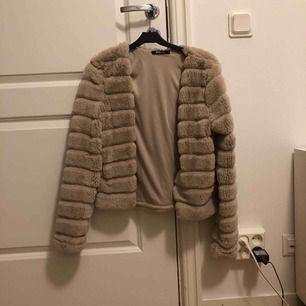 Jätteskön o snygg jacka från Gina tricot. Endast använd en gång.