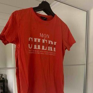 T-shirt köpt på Nelly. Använd fåtal gånger. Frakt tillkommer.