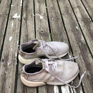 Vita Adidas POD skor. Använda väldigt lite, har nästan inga fläckar. Säljer så billigt för att jag vill sälja dem så snabbt som möjligt, köpte för 900kr.