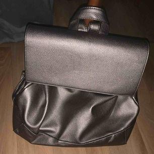 Jättesnygg rymlig stor väska i silvergrå, ifrån London. I fint skick. Frakt inräknat i priset (spårbar frakt)