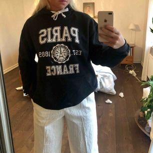 Oversized hoodie köpt i Paris 🥰 Passar mer som en M/L, perfekt om du gillar oversized Frakt ingår i priset!
