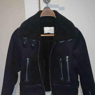 Helt oanvänd mörkblå mockajacka från Zara med foder🌟