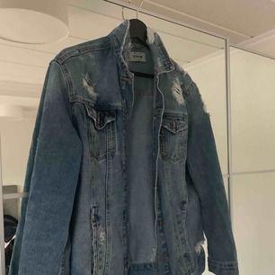 Jeansjacka i as bra skick använd fåtal gånger. Från New Look. Frakt tillkommer