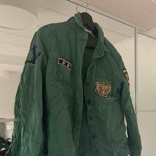 Jättefin jacka/skjorta från Forever21 i fint skick. Frakt tillkommer